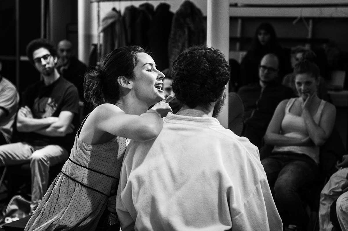 Comédiens répétant une scène au Cours Peyran-Lacroix