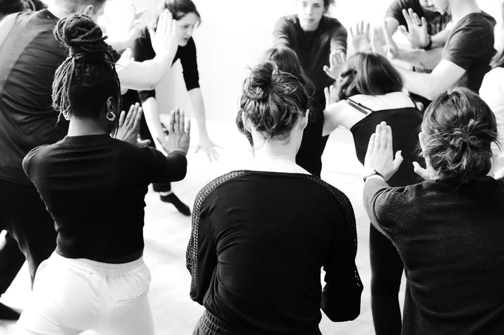 groupe d'étudiants de théâtre en plein exercice sur l'énergie corporelle